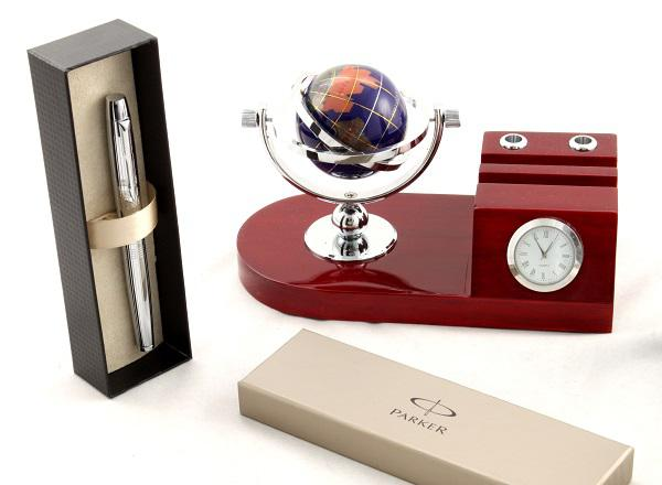 Cadou Red Desk & Parker-big